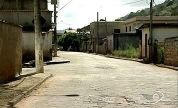 Famílias aguardam para voltar às casas após chuvas de dezembro, no Noroeste do ES - Em Itaguaçu, famílias não conseguiram retornar às casas. Muita gente ainda luta para reconquistar o que foi levado pelas águas.