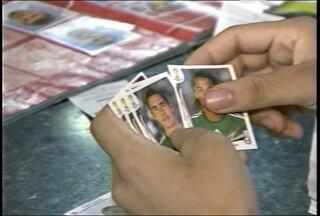 Álbuns de figurinhas da copa do mundo movimentam torcedores em Santa Maria (RS) - Os colecionadores se encontram todas as tardes em buscas das figuras dos jogadores que estão faltando.