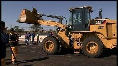 Obras de recapeamento interditam parte do balão do aeroporto - No balão do aeroporto, o domingo (25) foi de muito trabalho. Funcionários do DER precisaram trocar o asfalto da pista depois do vazamento de querosene em um acidente no sábado (24).