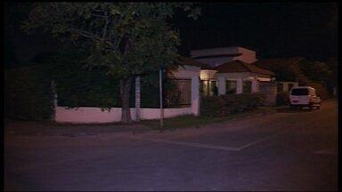 Homens armados invadem casa no Lago Norte - Quatro homens armados invadiram a casa na QI-14. De acordo com a polícia, eles levaram o carro da família com vários objetos de valor. Até agora, ninguém foi preso.