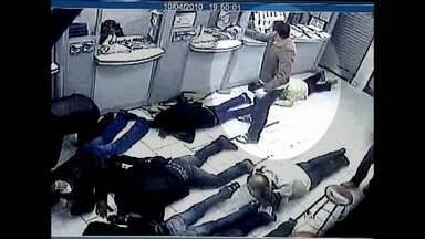 Bandidos assaltam casas lotéricas blindadas no Paraná - No Paraná, grande parte das casas lotéricas já é blindada. Um investimento alto na segurança, mas que não tem inibido a ação dos bandidos, que mudaram a tática para roubar o dinheiro.
