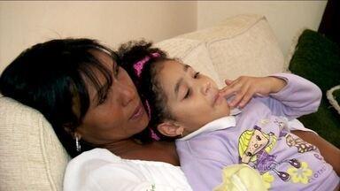 Cigarro e pílula anticoncepcional aumentam o risco do AVC - Fabiana Gomes teve um acidente vascular cerebral há cinco anos. Ela fumava e tomava pílula anticoncepcional. A fumaça do cigarro provoca danos nas artérias do cérebro e o estrogênio, hormônio da pílula, estimula surgimento de placas nos vasos.