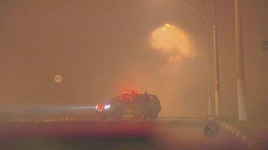 Área pega fogo em Hortolândia e vento espalha fumaça até hospital - Uma grande área de pasto pegou fogo na noite de quinta-feira (30) em Hortolândia e, por causa do vento, a fumaça se espalhou pela cidade e invadiu o Hospital Estadual Mário Covas.