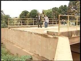 Calendário MG visita o Bairro Santa Rita, próximo ao Córrego do Onça em Valadares - Moradores reinvindicam a reforma da cabeceira de uma ponte destruída com as chuvas no fim de 2013.