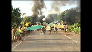 Com ordem de despejo, famílias bloqueiam PA-370 - Bloqueio ocorre no km 16 da rodovia Santarém-Curuá Una. Manifestantes queimaram pneus e madeira para bloquear pista. Após cerca de 4h de protesto, grupo seguiu com militares para o Ministério Público Estadual.
