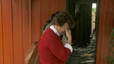 Incêndio destrói casa em Foz do Iguaçu - A mulher de sessenta anos, que mora no local, tinha acabado de sair para trabalhar. E ao ser avisada por vizinhos, ficou desesperada em ver a casa destruída.