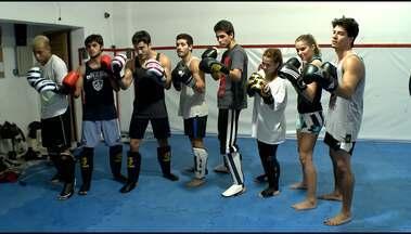 Hora de suar! Assista aula de Muay Thai do elenco e veja como a galera pega pesado - Workshop de Luta da Malhação 2014