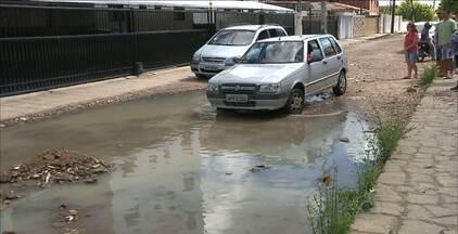 Moradores interditam rua em João Pessoa por causa dos alagamentos - No período de chuva a Rua Darcila Costa Ribeiro, nos Bancários, fica inundada, invadindo calçadas.