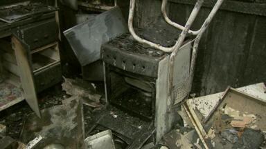 Incêndio destrói uma casa em Foz do Iguaçu - A dona do imóvel sai para trabalhar e foi avisada pelos vizinhos que casa estava em chamas.
