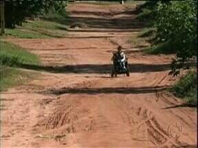 Dezessete bairros de Paranavaí ainda têm ruas sem asfalto - Os moradores pedem asfalto na rua de casa há anos. Município conseguiu empréstimo junto ao governo federal para asfaltar ruas de 15 bairros.