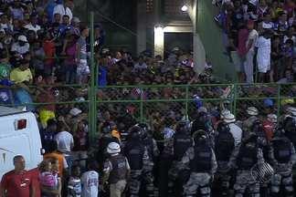 Bahia x Santos tem confusão em arquibancada lotada - Torcedores do tricolor baiano ficaram 'espremidos' na arquibanca em jogo realizado no estádio Joia da Princesa, em Feira de Santana.