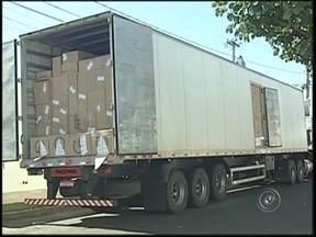 Polícia de Birigui encontra mais de 1000 pacotes de cigarros contrabandeados do Paraguai - Na manhã desta quinta-feira (5) foram encontrados pela polícia de Birigui (SP) mais de 1000 pacotes de cigarros no baú de um caminhão, que foram contrabandeados do Paraguai. A apreensão foi feita na Rodovia Gabriel Melhado durante uma fiscalização.