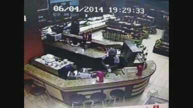 Padaria é assaltada em Franca, SP - Câmeras de segurança registraram ação de ladrão que chegou a pé.
