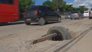 Segunda Perimetral de Olinda volta a enfrentar os mesmos problemas - Crateras estão abertas na estrada e ferros-velhos voltaram a se instalar.