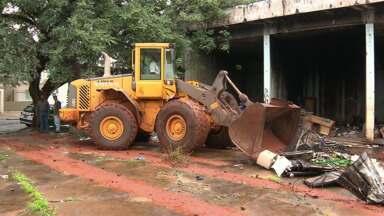Funcionários da prefeitura de Maringá fazem limpeza em um barracão abandonado - No barracão foram encontrados focos do mosquito transmissor da dengue