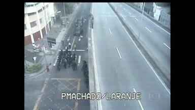Funcionários da Cedae fazem paralisação de 24 horas por melhores salários - Segundo a polícia, cerca de 500 pessoas participaram do protesto, em Laranjeiras. O grupo seguiu em passeata até o Palácio Guanabara.