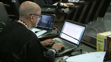 Tecnologia está ajudando a agilizar o julgamento de processos na Justiça - Novidade promete economizar tempo e dinheiro de julgamento de presos no Maranhão. Hoje, foi realizado o primeiro julgamento pela internet.