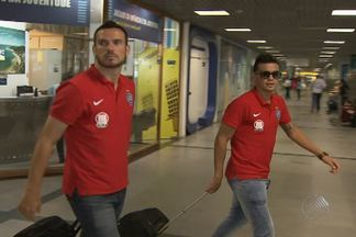 Jogadores do Bahia retornam a Salvador após derrota - O time perdeu para o Sport na Ilha do Retiro, em Recife.