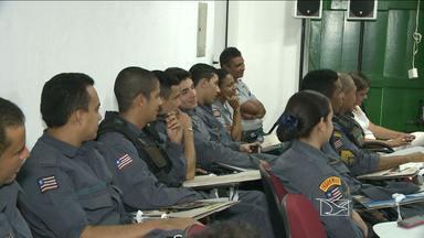 Policiais fazem treinamento para melhorar o atendimento em pontos turísticos de São Luís - São João também promete movimentar o turismo em algumas cidades, entre elas São Luís. Por isso, a Polícia Militar começou hoje a receber um treinamento para atender melhor aos turistas.