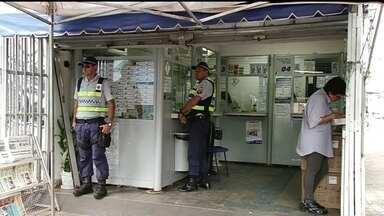 Polícia procura assaltantes em casa lotérica - Durante a madrugada, uma lotérica na 513 Sul foi alvo de bandidos. Eles conseguiram entrar por um buraco que abriram na parede e roubaram dois talões de cheques e dinheiro.