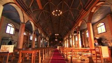 Igrejas de madeira construídas há séculos resistem ao tempo no Chile - Em comum, as igrejas de Chiloé têm o pórtico enfeitado de arcos e a torre com campanário na parte de cima. O interior, todo em madeira, é riquíssimo em ornamentos e detalhes.