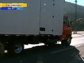Motoristas alteram suspensão em caminhões e causam perigo nas estradas - Motoristas alteram suspensão em caminhões e causam perigo nas estradas