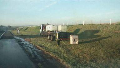 Ácido nítrico vaza de caminhão na Rodovia Anhanguera em Porto Ferreira, SP - Ácido nítrico vaza de caminhão na Rodovia Anhanguera em Porto Ferreira, SP