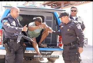 Polícia Militar prende novo chefão do tráfico de Cabo Frio, no RJ - Na casa do suspeito foram encontradas armas com mira a laser e drogas.Serviço de inteligência da PM monitorava o traficante.