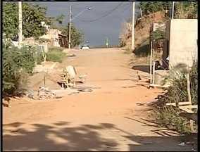 Blitz do MG: Buracos, mato alto e entulho incomodam moradores de Valadares - População dos bairros Viela Sanitária e Lambari relatam falta de infraestrutura.