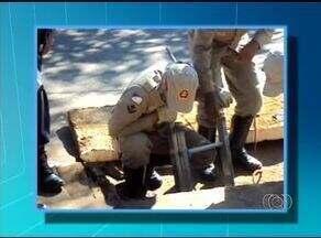 Homem cai em bueiro no sul de Palmas e precisa ser resgatado pelo Corpo de Bombeiros - Homem cai em bueiro no sul de Palmas e precisa ser resgatado pelo Corpo de Bombeiros