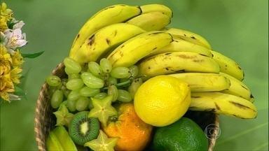 Banana é boa opção de alimento para lanches intermediários - A banana é muito consumida por atletas, para evitar a cãimbra. A fruta tem um aminoácido que produz a serotonina e dá a sensação de bem estar.