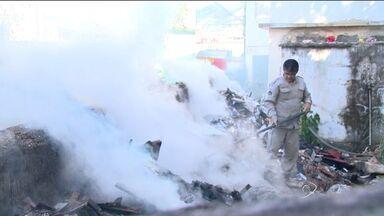 Casa abandonada pega fogo no bairro Santa Marta, em Vitória - Corpo de Bombeiros controlou as chamas e ninguém se feriu.