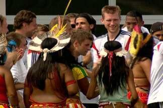 Jogadores alemães são recebidos com festa na Bahia - A seleção alemã está hospedada em Santa Cruz Cabrália, na Bahia. Índios da tribo Pataxó fizeram festa para comemorar o aniversário de um dos jogadores da Alemanha.