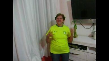 MGTV na Copa: Aos 69 anos, moradora de Juiz de Fora compõe versão para música da Globo - Juiz-foranos enviam fotos para o MGTV caracterizados para o Mundial de 2014.