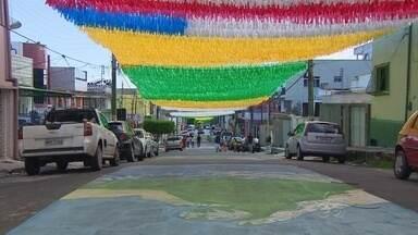 Moradores do bairro Aparecida, em Manaus, ornamentam rua para Copa - Por toda a cidade, moradores aproveitam momento para fazer decorações.