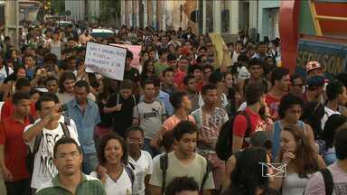 Estudantes fazem protestos no Centro de São Luís contra o aumento da passagem de ônibus - Manifestações aconteceram no período da manhã e à tarde, principalmente em frente ao Terminal de Integração da Praia Grande.