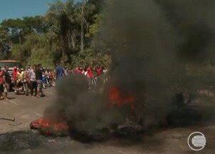 Famílias retiradas de ocupação interditam estrada da Usina Santana - 800 famílias protestam contra retirada de ocupação e interditam estrada da Usina Santana