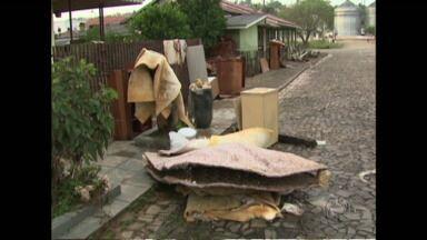 Ruas de Irati viraram depósito de móveis destruídos pela chuva - A chuva forte também atingiu os municípios da região. Em Irati centenas de famílias tiveram as casas alagadas.