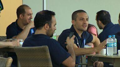 Jogadores da Grécia são tietados em hotel de Aracaju e atendem fãs - Seleção Grega se prepara em Aracaju pensando na estreia na Copa do Mundo 2014
