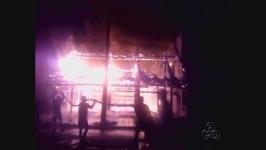 Incêndio destrói centro de comercialização de produtos indígenas, no Amazonas - Prédio foi tomado pelas chamas; causas serão investigadas pela polícia. Prejuízo é estimado em R$ 1,5 milhão; não há registro de feridos.