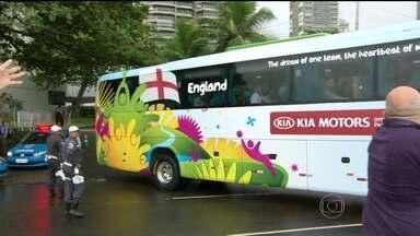 Seleção da Inglaterra acorda cedo para treinar no Rio - Mesmo com a chuva e o frio da manhã desta terça-ffeira (10), torcedores faziam plantão na frente do hotel para tentar um contato com os ídolos.