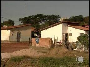Terrenos são ocupados de forma irregular por famílias que não possuem moradia - Terrenos são ocupados de forma irregular por famílias que não têm moradia própria