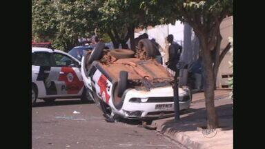 Viatura da PM capota durante perseguição em Sertãozinho, SP - Suspeitos que estavam no carro perseguido conseguiram fugir.