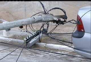 Poste cai em Cabo Frio, e moradores reclamam da demora para a manutenção - Poste cai em Cabo Frio, e moradores reclamam da demora para a manutenção.