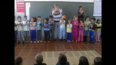 Alunos de uma escola de Campo Mourão aprendem a linguagem dos sinais em sala de aula - O tema do Televisando o Futuro esse ano é a pluralidade