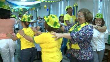 Cores da Copa também tomam de conta de empresas e repartições públicas - Em uma delas, em São Luís, os funcionários fizeram um arraial verde e amarelo.