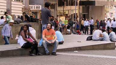Após denúncias de tráfico e comércio ilegal, polícia tenta reestabelecer ordem em praça - Para população Praça Sete mostra sinais de melhora