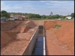 Obras de contenção de enchente estão paralisadas em Tupã - Em Tupã, obras de contenção de enchentes, que deveriam ter sido entregues em março de 2012, estão paralisadas. Cerca de R$ 26 milhões de dinheiro público já foram investidos.