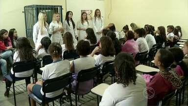 Atividade em Barra Mansa, RJ, conscientiza sobre importância das vacinas - Alunas da rede municipal receberam orientação de agentes de saúde; participaram da ação meninas com idade entre 9 e 13 anos.