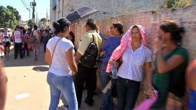 Cadastro para pesquisa provoca mal entendido e filas em Cuiabá - Um cadastramento para uma pesquisa do Sindicato dos Empregados Domésticos de Mato Grosso vai parar na polícia. De acordo com o sindicato houve um mal entendido. Com isso, uma fila enorme se formou no centro de Cuiabá.